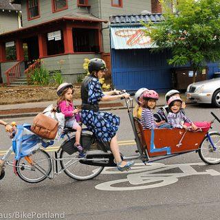 Mamma con 6 figli. Mezzo di trasporto: bici