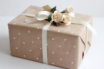 Pacchetto regalo con carta da pacchi
