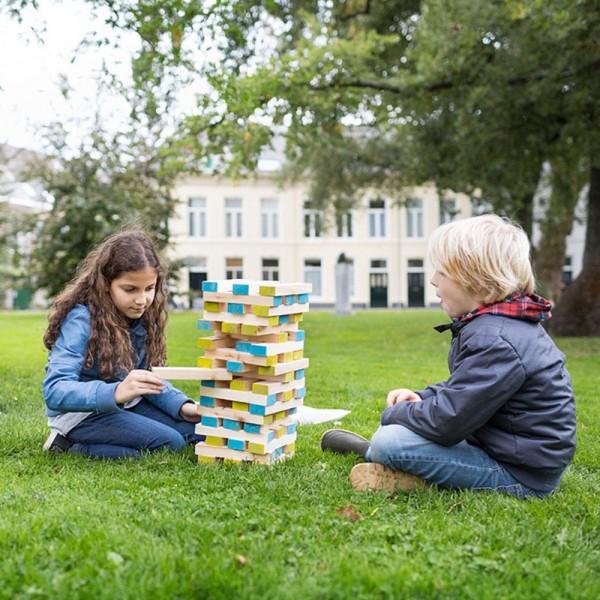 Grande torre gigante con bambini